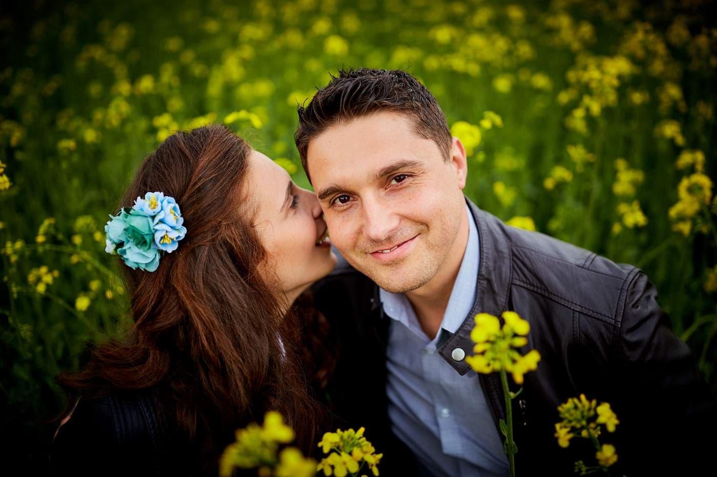 Fotografii de cuplu livada inflorita